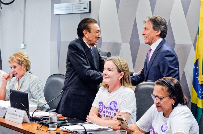 Comissão de Constituição, Justiça e Cidadania (CCJ) realiza reunião deliberativa com 39 itens. Entre eles, a PEC 125/2015, que fixa critérios para escolha do Advogado-Geral da União, e o PLC 109/2011, que obriga a criação de unidade do Procon nos aeroportos brasileiros.   Pauta feminina: a reunião da CCJ deverá votar cinco itens da pauta feminina. O primeiro é o PLS 195/2014, que obriga a remessa de boletim de ocorrência ao juizado no caso do envolvimento de criança como vítima da agressão à mulher.   Mesa:  senadora Marta Suplicy (PMDB-SP);  presidente da CCJ, senador Edison Lobão (PMDB-MA);  presidente do Senado, senador Eunício Oliveira (PMDB-CE). senadora Gleisi Hoffmann (PT-PR);  senadora Fátima Bezerra (PT-RN).  Foto: Edilson Rodrigues/Agência Senado