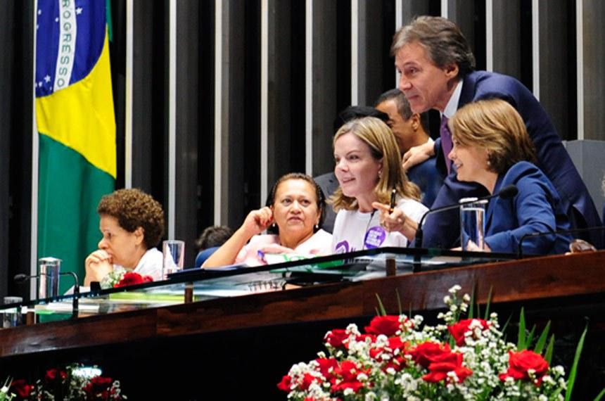 Plenário do Senado Federal durante sessão solene do Congresso Nacional destinada à comemoração do Dia Internacional da Mulher e à entrega do Diploma Bertha Lutz em sua 16ª Premiação.   O Diploma Bertha Lutz premia anualmente mulheres e homens que tenham oferecido contribuição relevante à defesa dos direitos da mulher e questões do gênero no Brasil, em qualquer área de atuação.    Mesa (E/D): senadora Regina Sousa (PT-PI);  senadora Fátima Bezerra (PT-RN);  senadora Gleisi Hoffmann (PT-PR);  presidente do Senado Federal, senador Eunício Oliveira (PMDB-CE); senadora Ângela Portela (PT-RR).   Foto: Jonas Pereira/Agência Senado