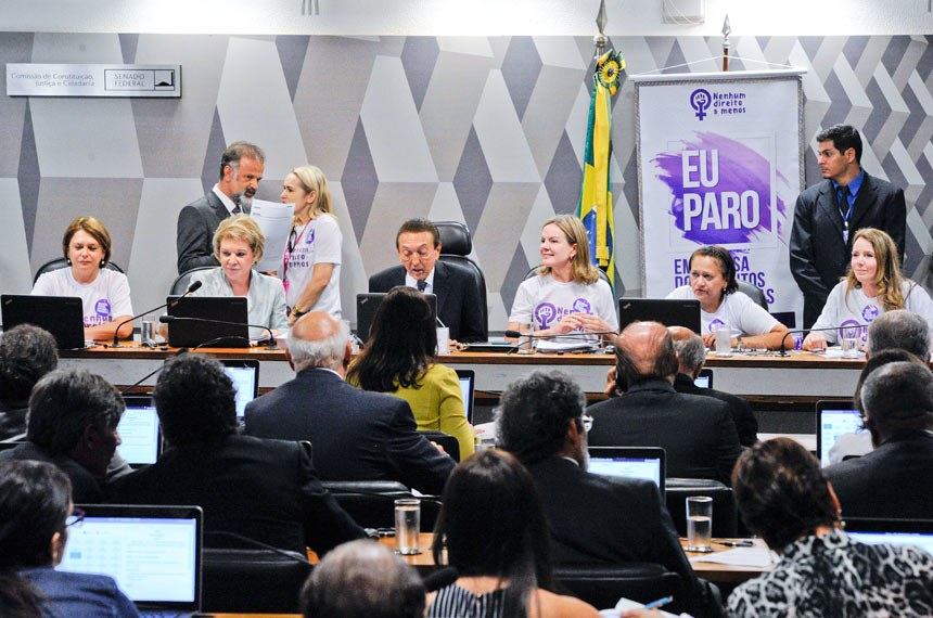 Comissão de Constituição, Justiça e Cidadania (CCJ) realiza reunião deliberativa com 39 itens. Entre eles, a PEC 125/2015, que fixa critérios para escolha do Advogado-Geral da União, e o PLC 109/2011, que obriga a criação de unidade do Procon nos aeroportos brasileiros. Pauta feminina: a reunião da CCJ deverá votar cinco itens da pauta feminina. O primeiro é o PLS 195/2014, que obriga a remessa de boletim de ocorrência ao juizado no caso do envolvimento de criança como vítima da agressão à mulher. Mesa: senadora Ângela Portela (PT-RR); senadora Marta Suplicy (PMDB-SP); presidente da CCJ, senador Edison Lobão (PMDB-MA); senadora Gleisi Hoffmann (PT-PR); senadora Fátima Bezerra (PT-RN); senadora Regina Sousa (PT-PI).Foto: Edilson Rodrigues/Agência Senado