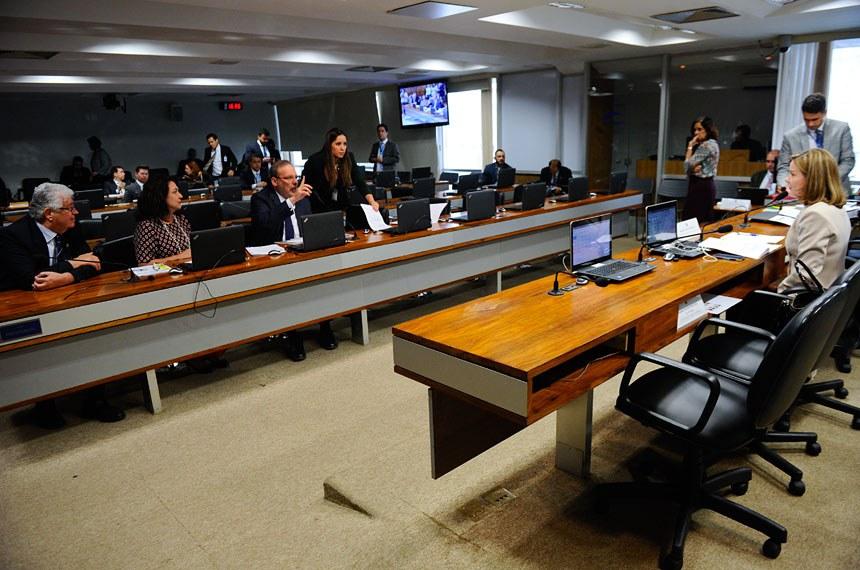 Comissão de Assuntos Econômicos (CAE) realiza reunião deliberativa com 22 itens. Entre eles, o PLC 54/2016, que estabelece medidas de estímulo ao reequilíbrio fiscal. Logo depois, a comissão avalia a política do Sistema Tributário Nacional.   À mesa, presidente da CAE, senadora Gleisi Hoffmann (PT-PR).   Bancada: senador Roberto Requião (PMDB-PR); senadora Kátia Abreu (PMDB-TO); senador Armando Monteiro (PTB-PE) - em pronunciamento.     Foto: Marcos Oliveira/Agência Senado
