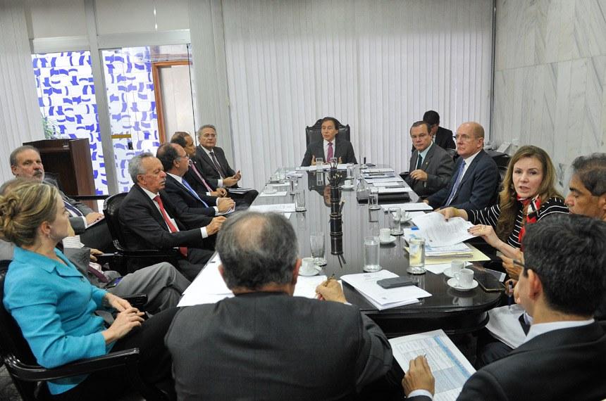 Presidente do Senado Federal, senador Eunício Oliveira (PMDB-CE), realiza de reunião de líderes.   Participam:  senador Armando Monteiro (PTB-PE);  senador Benedito de Lira (PP-AL);  senador Cristovam Buarque (PPS-DF);  senador Fernando Bezerra Coelho (PSB-PE);  senador Hélio José (PMDB-DF);  senador José Agripino (DEM-RN);  senador Paulo Bauer (PSDB-SC);  senador Randolfe Rodrigues (Rede-AP);  senador Renan Calheiros (PMDB-AL);  senador Vicentinho Alves (PR-TO);  senador Wellington Fagundes (PR-MT);  senadora Gleisi Hoffmann (PT-PR);  senadora Vanessa Grazziotin (PCdoB-AM)   Foto: Marcos Brandão/Senado Federal