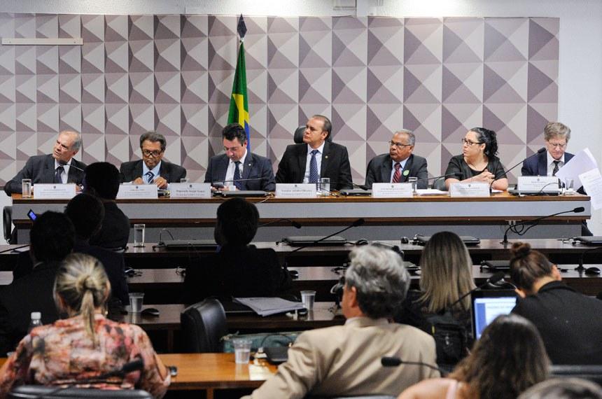 Comissão Mista da Medida Provisória nº 752, de 2016, que prorroga contratos de parceria no setor de transportes, realiza audiência pública interativa com a participação de representantes da CNT; CNI; CNA; CONUT; e OCB.   Mesa (E/D):  consultor de Infraestrutura da Confederação da Agricultura e Pecuária do Brasil (CNA), Luiz Antônio Fayet;  presidente da Confederação Nacional dos Usuários de Transporte (Conut), José Felinto;  relator da CMMPV 752/2016, deputado Sergio Souza (PMDB-PR);  presidente da CMMPV 752/2016, senador Ataídes Oliveira (PSDB-TO);  presidente da Associação Nacional dos Usuários de Transporte de Carga (Anut) e representante da Confederação Nacional da Indústria (CNI), Luiz Henrique Baldez;  coordenadora de Economia da Confederação Nacional do Transporte (CNT), Priscila Santiago;  representante da Organização das Cooperativas Brasileiras (OCB), Nelson Costa   Foto: Edilson Rodrigues/Agência Senado