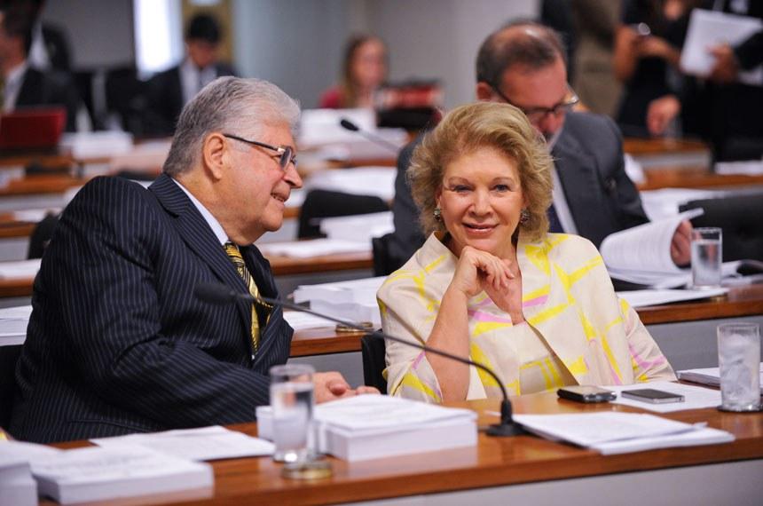 Senador Roberto Requião (PMDB-PR), à esquerda, e a senadora Marta Suplicy (PT-SP) conversam à bancada da sala de comissões durante a Comissão de Constituição, Justiça e Cidadania (CCJ).   Garantia de direito de resposta sem ameaça à liberdade de imprensa. Esse é o argumento que garantiu a aprovação por unanimidade na CCJ, nesta quarta-feira (14), de projeto de lei (PLS 141/11) do senador Roberto Requião (PMDB-PR) que regula o exercício do direito de resposta ou retificação do ofendido por matéria divulgada, publicada ou transmitida por veículo de comunicação social. Como é aprovada em decisão terminativa, a matéria seguirá direto para a Câmara dos Deputados se não houver recurso para votação pelo Plenário do Senado.