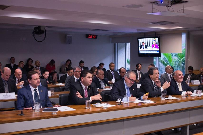 Comissão de Agricultura e Reforma Agrária (CRA) realiza audiência Pública interativa com o ministro da Agricultura, Pecuária e Abastecimento (Mapa), Blairo Maggi, destinada a apresentação dos programas prioritários da pasta.Bancada (E/D):senador Acir Gurgacz (PDT-RO);Senador Cidinho Santos (PR-MT);senador Roberto Muniz (PP-BA);senador Waldemir Moka (PMDB-MS);senador Flexa Ribeiro (PSDB-PA).Foto: Pedro França/Agência Senado