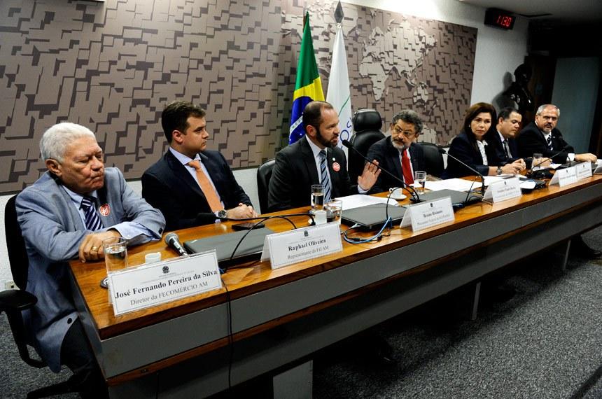 Comissão Mista da Medida Provisória nº 757, de 2016 (cria duas taxas em favor da Suframa): audiência interativa com a participação de representantes da Suframa, da indústria e do comércio do Amazonas.   Mesa (E/D): diretor da Federação do Comércio do Estado do Amazonas (FECOMÉRCIO- AM), José Fernando Periera da Silva; representante da Federação das Indústrias do Estado do Amazonas (Fieam), Raphael Oliveira; procurador Federal da SUFRAMA; Bruno Bisinoto; vice-presidente da CMMPV 757/2016, senador Paulo Rocha (PT-PA); deputada Conceição Sampaio ( PP-AM); coordenador da Comissão de Assuntos Fiscais Tributários da (Cieam) Centro da Indústria do Estado do Amazonas, Moisés Ferreira da Silva; representante da Câmara dos Dirigentes Lojistasde Manaus (CDL), Ralph Assayag.   Foto: Marcos Oliveira/Agência Senado
