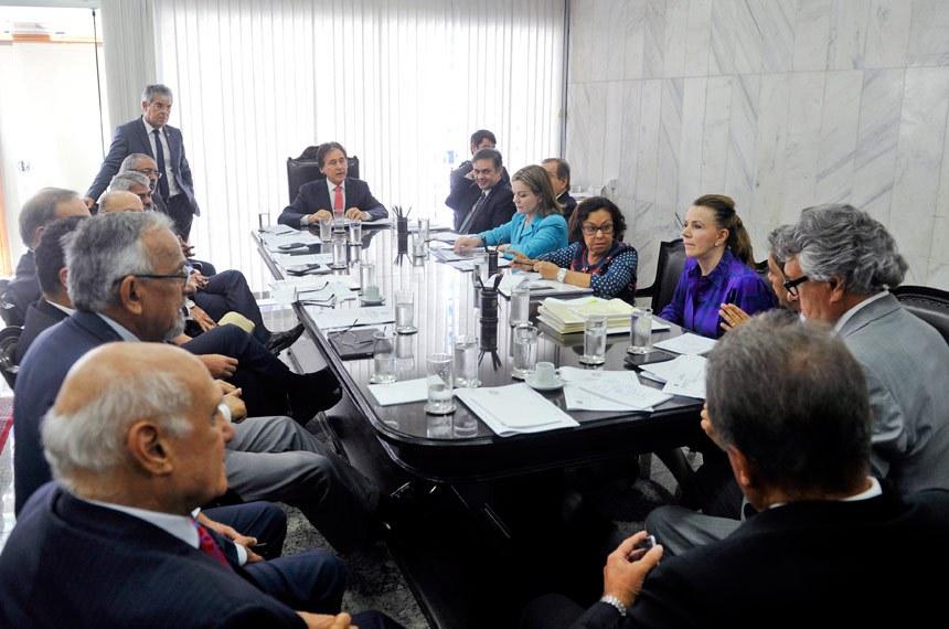 Presidente do Senado Federal, senador Eunício Oliveira (PMDB-CE) durante reunião de líderes.  Participam: senador Antonio Carlos Valadares (PSB-SE);  senador Armando Monteiro (PTB-PE);  senador Humberto Costa (PT-PE);  senador José Agripino (DEM-RN);  senador Paulo Paim (PT-RS);  senador Ricardo Ferraço (PSDB-ES); senadora Gleisi Hoffmann (PT-PR);  senadora Lídice da Mata (PSB-BA);  senadora Vanessa Grazziotin (PCdoB-AM).  Foto: Marcos Brandão/Agência Senado