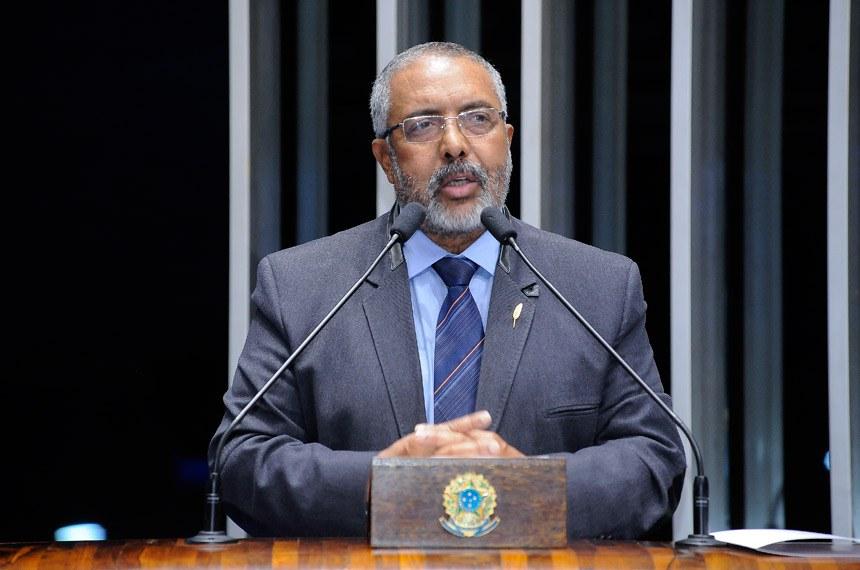 Plenário do Senado durante sessão deliberativa extraordinária.  Em discurso, senador Paulo Paim (PT-RS).    Foto: Pedro França/Agência Senado