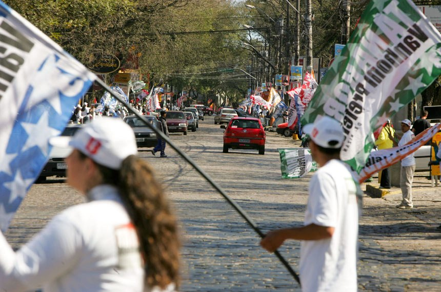 Foto: Jorge Woll/ Gazeta do Povo Data: 15/08/2004 Local: Curitiba (PR)  Eleitores com a acessórios de campanha política. O TSE resolveu que, na campanha eleitoral de 2006, estão proibidas a distribuição de brindes, como camisetas e bonés, e a realização de showmícios.