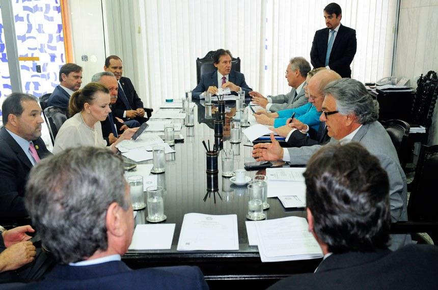 Presidente do Senado, senador Eunício Oliveira (PMDB-CE) realiza reunião com líderes partidários no gabinete da presidência do Senado Federal.  Participam: senador Benedito de Lira (PP-AL); senador Eduardo Lopes (PRB-RJ); presidente do Senado Federal, senador Eunício Oliveira (PMDB-CE); senador Fernando Collor (PTC-AL); senador Paulo Bauer (PSDB-SC); senador Renan Calheiros (PMDB-AL); senadora Vanessa Grazziotin (PCdoB-AM); senador Vicentinho Alves (PR-TO); senador Acir Gurgacz (PDT-RO);  senador Ronaldo Caiado (DEM-GO);   Foto: Jane de Araújo/Agência Senado