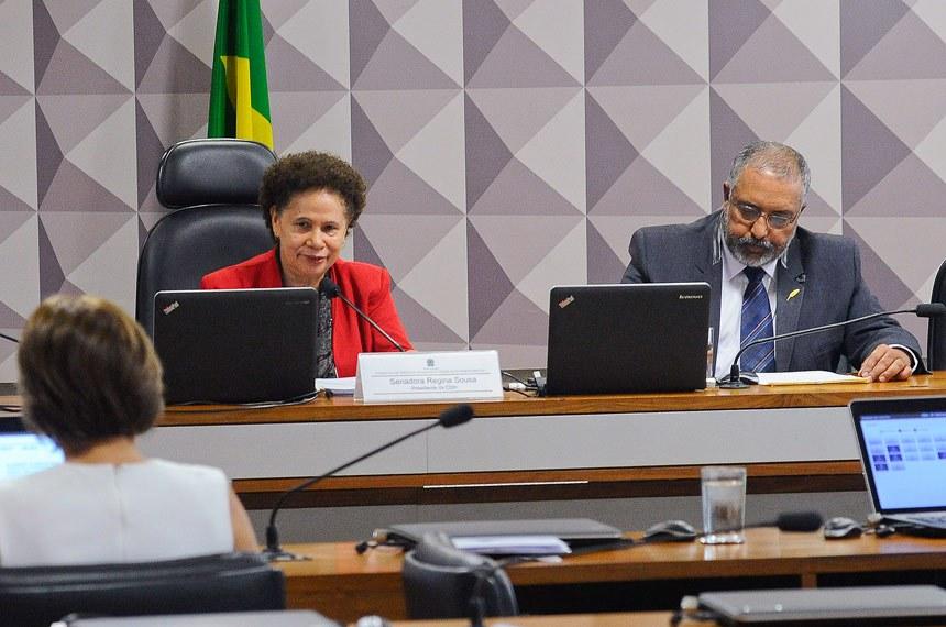 Comissão de Direitos Humanos e Legislação Participativa (CDH) realiza reunião deliberativa com 14 itens na pauta. Entre eles, PLS 531/2013, que facilita o processo de adoção; e PLS 650/2011, que propõe demandas de acessibilidade no âmbito do Programa Minha Casa Minha Vida.   Mesa (E/D): presidente da CDH, senadora Regina Sousa (PT-PI);  vice-presidente da CDH, senador Paulo Paim (PT-RS).   Foto: Geraldo Magela/Agência Senado