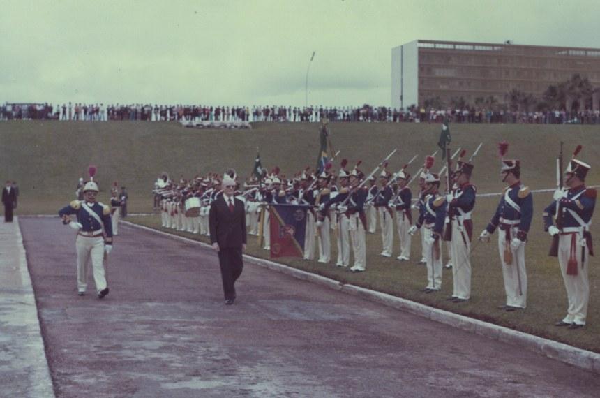 Cerimônia de posse do presidente Geisel em frente ao Congresso, em 1974: três anos depois, ele fecharia o Legislativo