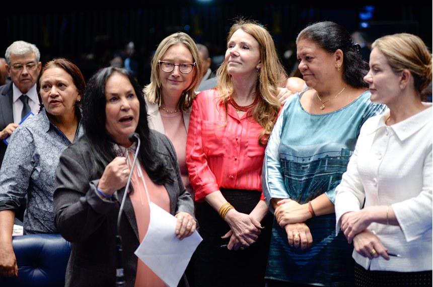 Plenário do Senado durante sessão deliberativa ordinária.   Participam: senadora Fátima Bezerra (PT-RN);  senadora Gleisi Hoffmann (PT-PR); senadora Vanessa Grazziotin (PCdoB-AM); deputada Maria do Rosário (PT-RS); senadora Rose de Freitas (PMDB-ES); deputada Maria do Rosário (PT-RS)  Foto: Jefferson Rudy/Agência Senado