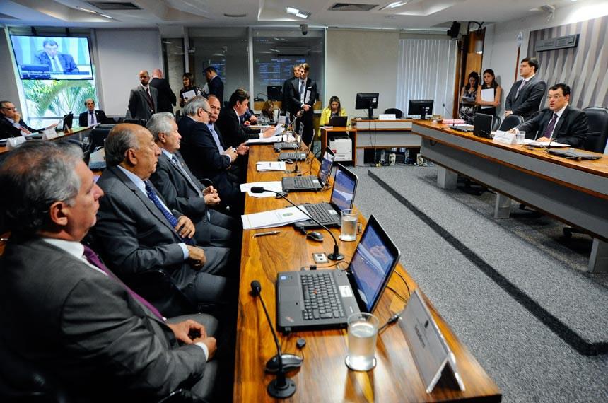 Comissão de Serviços de Infraestrutura (CI) realiza reunião deliberativa com 6 itens. Entre eles, o PLS 291/2013, que regula a cobrança pela prestação dos serviços de esgotamento sanitário.  Em pronunciamento, à mesa, presidente da CI, senador Eduardo Braga (PMDB-AM).  Bancada:  senador Thieres Pinto (PTB-RR); senador Pedro Chaves (PSC-MS); senador Elmano Férrer (PMDB-PI); senador Roberto Muniz (PP-BA);  senador Fernando Bezerra Coelho (PSB-PE); senador Wilder Morais (PP-GO); senador Acir Gurgacz (PDT-RO).   Foto: Geraldo Magela/Agência Senado