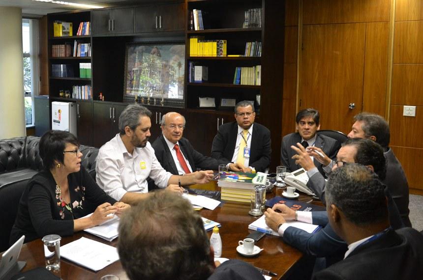 1º Secretário do Senado, José Pimentel, discute ações com direção do ILB/Interlegis  Reunião serviu para reativar parceria com Escola do Legislativo do Ceará.