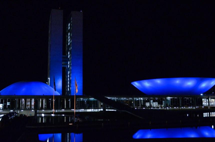 Durante a primeira semana de abril, até o próximo sábado (8), o prédio do Senado será iluminado com a cor azul para lembrar o Dia Mundial do Autismo, celebrado no dia 2. A iniciativa parte dos senadores Romário (PSB-RJ) e Paulo Paim (PT-RS). A data foi instituída pela Organização das Nações Unidas (ONU) em 2008 e a cor azul foi escolhida pelo fato de o transtorno ocorrer três vezes mais em meninos do que em meninas.  Foto: Ana Volpe/Agência Senado
