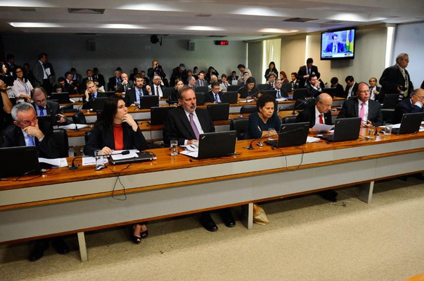 Comissão de Assuntos Econômicos (CAE) realiza reunião para indicação de Gabriel Leal de Barros para diretor da IFI. Em sequência, 11 itens na pauta. Entre eles, o PLC 169/2015, que veda o pagamento antecipado na administração pública.   Participam: senador Armando Monteiro (PTB-PE); senador Benedito de Lira (PP-AL);  senador José Pimentel (PT-CE); senador Pedro Chaves (PSC-MS); senadora Regina Sousa (PT-PI); senadora Simone Tebet (PMDB-MS).  Foto: Marcos Oliveira/Agência Senado