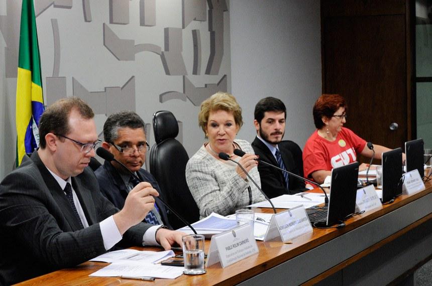 Comissão de Assuntos Sociais (CAS) realiza reunião para apreciação de requerimentos e, em sequência, audiência pública interativa para debater a prevalência dos acordos coletivos de trabalho sobre a legislação trabalhista. Entre os participantes estão representantes do Ministério do Trabalho, do Ministério Público do Trabalho, da Força Sindical, da CNI e da CUT.   Mesa (E/D):  especialista em Políticas e Indústria da Confederação Nacional da Indústria (CNI), Pablo Rolim Carneiro;  assessor especial do Ministério do Trabalho, Admilson Moreira dos Santos;  presidente da CAS, senadora Marta Suplicy (PMDB-SP);  procurador do trabalho e vice-coordenador nacional da Coordenadoria Nacional de Promoção da Liberdade Sindical, do Ministério Público do Trabalho (MPT), Renan Bernardi Kalil;  secretária nacional de Relações de Trabalho da Central Única dos Trabalhadores (CUT), Maria das Graças Costa   Foto: Edilson Rodrigues/Agência Senado
