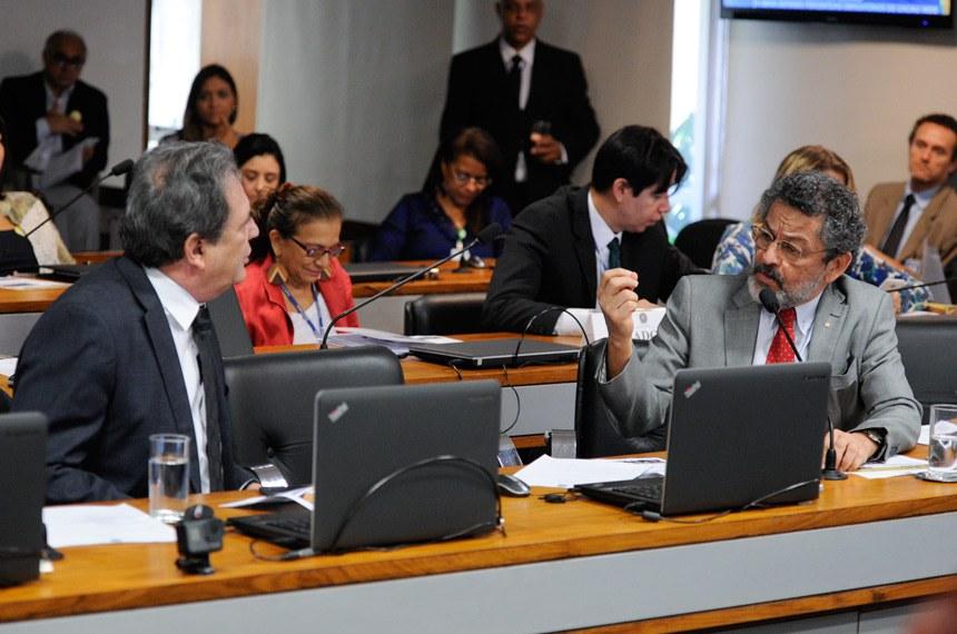 Comissão de Assuntos Sociais (CAS) realiza reunião para apreciação de requerimentos e, em sequência, audiência pública interativa para debater a prevalência dos acordos coletivos de trabalho sobre a legislação trabalhista. Entre os participantes estão representantes do Ministério do Trabalho, do Ministério Público do Trabalho, da Força Sindical, da CNI e da CUT.   Em pronunciamento, senador Paulo Rocha (PT-PA). À esquerda, senador Waldemir Moka (PMDB-MS).   Foto: Edilson Rodrigues/Agência Senado