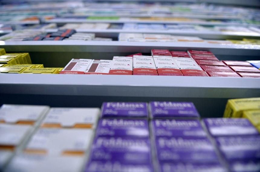 farmácias; remédios; medicação; drogarias; medicamento genérico; prateleira.