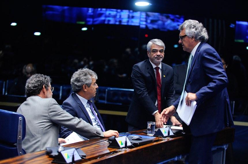 Plenário do Senado Federal durante sessão deliberativa ordinária.   Bancada (E/D):  senador Paulo Rocha (PT-PA);  senador Jorge Viana (PT-AC);  senador Humberto Costa (PT-PE);  senador Ronaldo Caiado (DEM-GO)   Foto: Moreira Mariz/Agência Senado