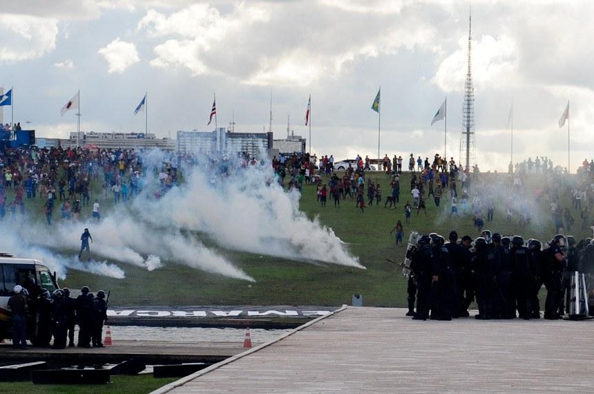 Representantes indígenas fazem manifestação na área externa do Congresso Nacional e pedem maior demarcação de terras.  Foto: Jonas Pereira/Agência Senado