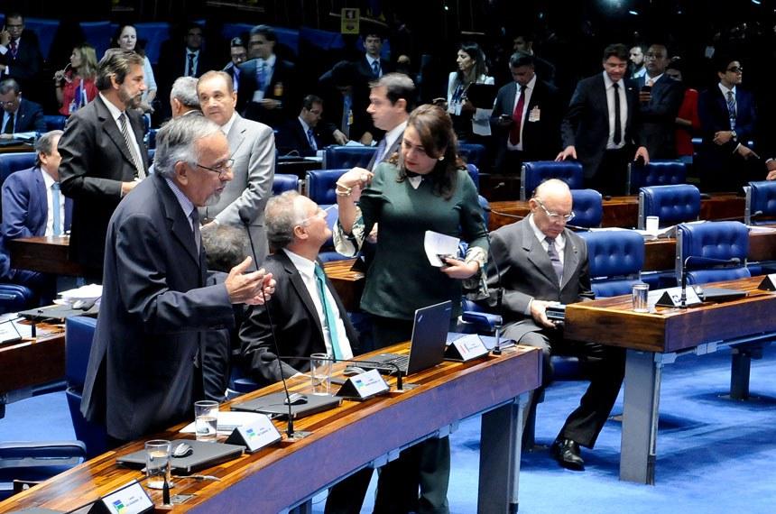 Plenário do Senado durante sessão deliberativa ordinária. Ordem do dia.  Participam:  senador José Agripino (DEM-RN);  senador João Alberto Souza (PMDB-MA);  senador João Capiberibe (PSB-AP);  senador Omar Aziz (PSD-AM);  senador Reguffe (sem partido-DF); senador Renan Calheiros (PMDB-AL);  senador Valdir Raupp (PMDB-RO);  senadora Kátia Abreu (PMDB-TO)   Foto: Waldemir Barreto/Agência Senado