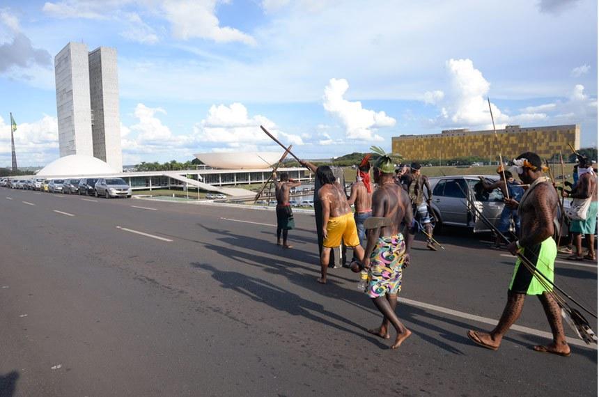 Representantes indígenas fazem manifestação na área externa do Congresso Nacional e pedem maior demarcação de terras.   Foto: Jefferson Rudy/Agência Senado