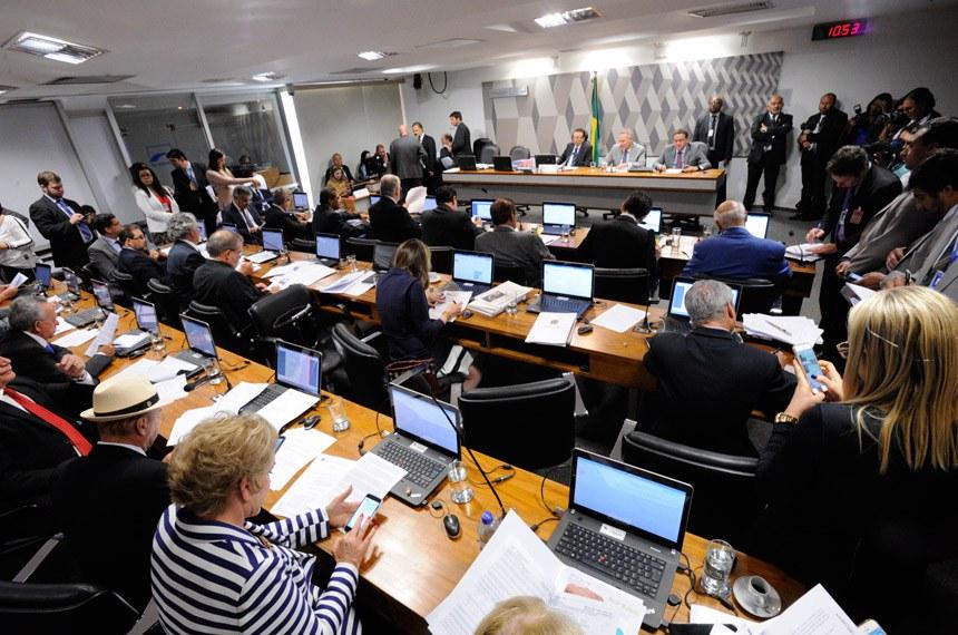 Comissão de Constituição, Justiça e Cidadania (CCJ) realiza reunião deliberativa com item único. Projetos que definem os crimes de abuso de autoridade (PLSs 280/2016 e 85/2017).   Mesa:  presidente da CCJ, senador Edison Lobão (PMDB-MA);  senador Renan Calheiros (PMDB-AL);  senador Roberto Rocha (PSB-MA)   Foto: Edilson Rodrigues/Agência Senado