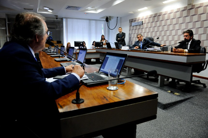 Comissão Senado do Futuro (CSF) realiza reunião deliberativa com apreciação de 5 requerimentos, entre eles, o que poderá avaliar políticas contra a desertificação.   Mesa:  presidente da CSF, senador Hélio José (PMDB-DF);  senador Valdir Raupp (PMDB-RO);   Bancada:  senador Dalírio Beber (PSDB-SC)   Foto: Marcos Oliveira/Agência Senado