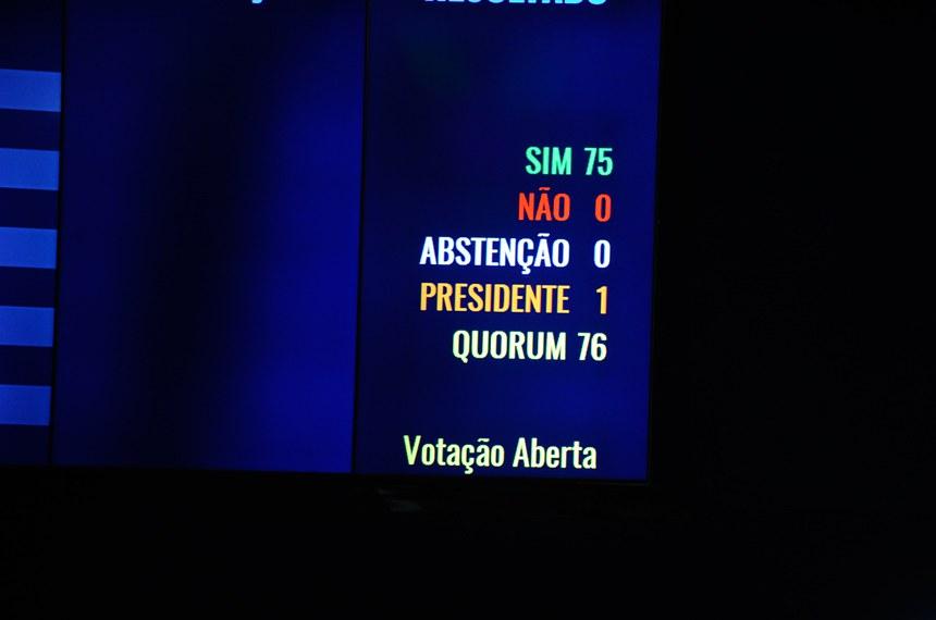 """Plenário do Senado durante sessão deliberativa ordinária. Senadores discutem proposta de emenda à Constituição que extingue o benefício do foro especial por prerrogativa de função para autoridades — mais conhecido como """"foro privilegiado"""". A PEC 10/2013, é de autoria de Alvaro Dias.  Resultado da votação no painel eletrônico.  Foto: Moreira Mariz/Agência Senado"""