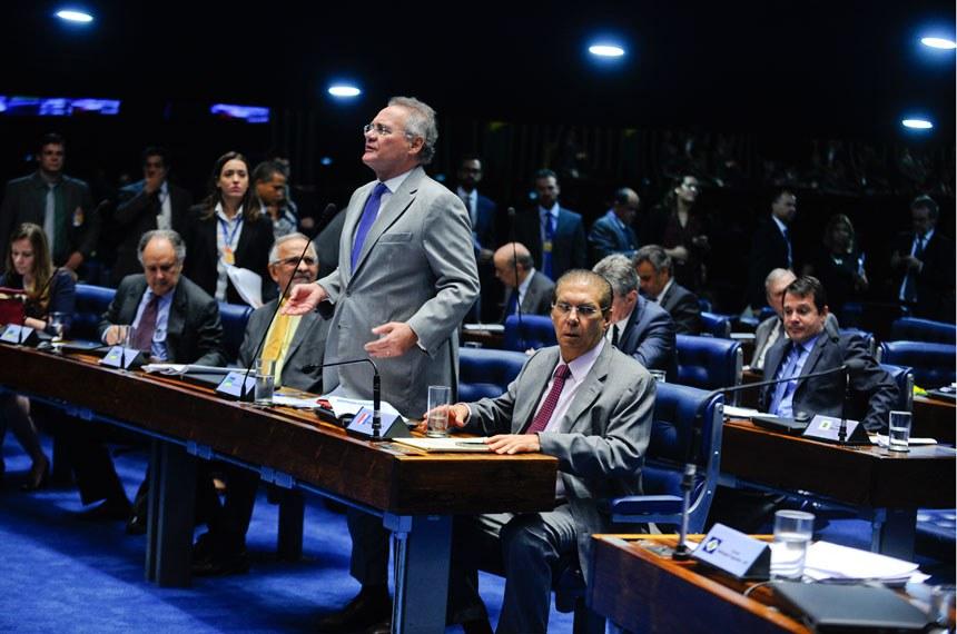 Plenário do Senado durante sessão deliberativa ordinária. Senadores discutem projeto que define crimes de abuso de autoridade.  (E/D): senador Cristovam Buarque (PPS-DF);  senador João Capiberibe (PSB-AP);  senador Renan Calheiros (PMDB-AL), em pronunciamento; senador Jader Barbalho (PMDB-PA).  Foto: Marcos Oliveira/Agência Senado