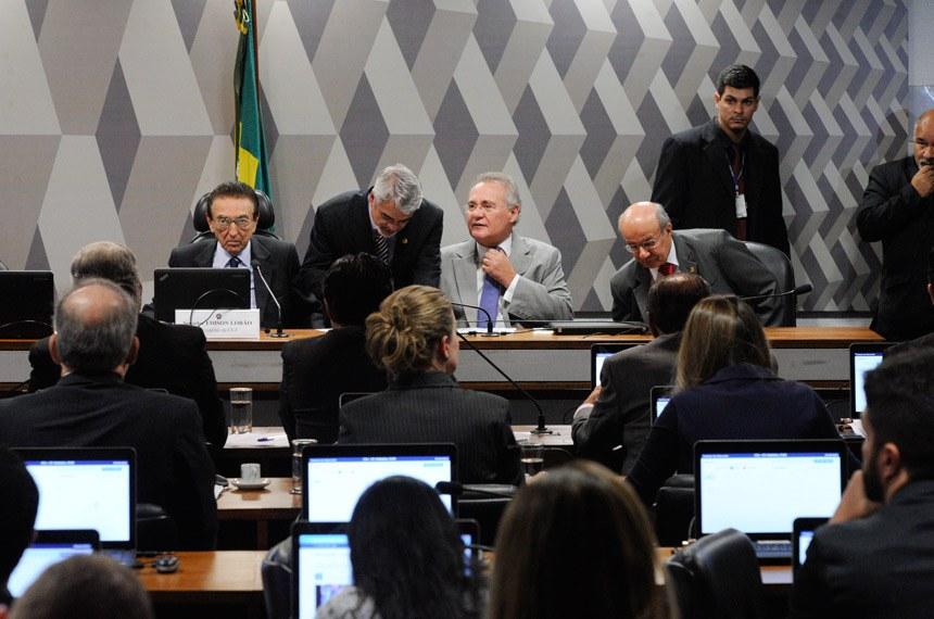 Comissão de Constituição, Justiça e Cidadania (CCJ) realiza reunião para discutir projetos que definem os crimes de abuso de autoridade (PLSs 280/2016 e 85/2017).  À mesa, presidente da CCJ, senador Edison Lobão (PMDB-MA).  Foto: Edilson Rodrigues/Agência Senado