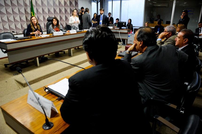 Comissão Mista da Medida Provisória nº 757, de 2016 (cria duas taxas em favor da Suframa) realiza reunião para apreciação do relatório.  Mesa (E/D): relatora da CMMPV 757/2016, senadora Vanessa Grazziotin (PCdoB-AM); presidente da CMMPV 757/2016, deputada Maria Helena (PSB-RR).  Foto: Marcos Oliveira/Agência Senado