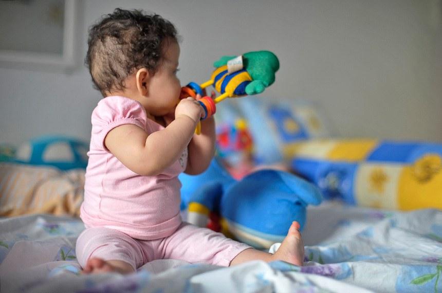 Brasília (DF) - Bebês brincam no Lar da Criança Padre Cícero, instituição que acolhe mais de 20 crianças e adolescentes. Poucos estão habilitados para adoção