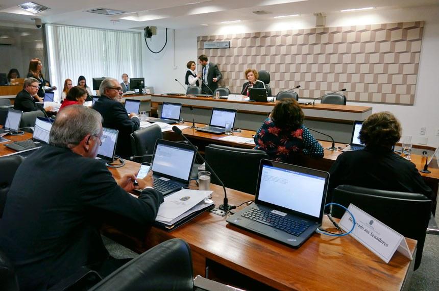 Comissão de Educação, Cultura e Esporte (CE) realiza reunião para definição do plano de trabalho da comissão para 2017.   Presidente da CE, senadora Lúcia Vânia (PSB-GO) á mesa.   Foto: Roque de Sá/Agência Senado