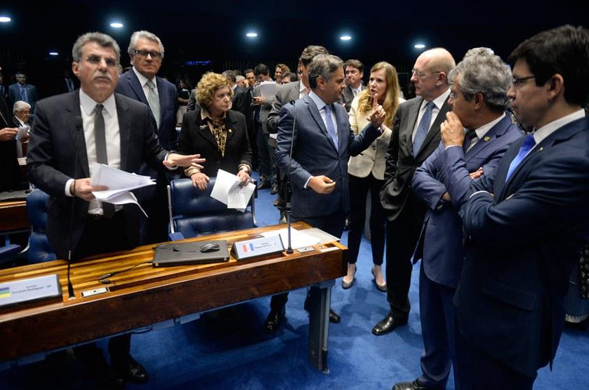 Plenário do Senado durante sessão deliberativa ordinária.  À bancada: senador Aécio Neves (PSDB-MG);  senador José Medeiros (PSD-MT); senadora Lúcia Vânia (PSB-GO); senador Romero Jucá (PMDB-RR), em pronunciamento; senador Benedito de Lira (PP-AL); senadora Vanessa Grazziotin (PCdoB-AM); senador Ronaldo Caiado (DEM-GO).  Foto: Jefferson Rudy/Agência Senado