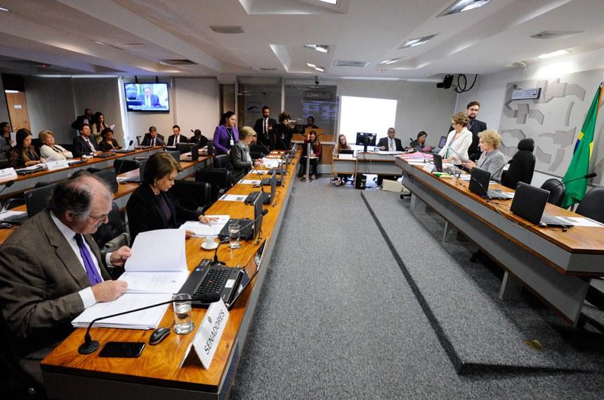 Comissão de Assuntos Sociais (CAS) realiza reunião deliberativa com 16 itens. Entre Eles, o PLC 137/2015, que garante o emprego de trabalhador que se aposenta, e o PLS 55/2011, que regulamenta a profissão de agente de turismo.  À mesa, presidente da CAS, senadora Marta Suplicy (PMDB-SP).  Bancada: senador Dalírio Beber (PSDB-SC);  senadora Ângela Portela (PDT-RR) senadora Ana Amélia (PP-RS);    Foto: Edilson Rodrigues/Agência Senado