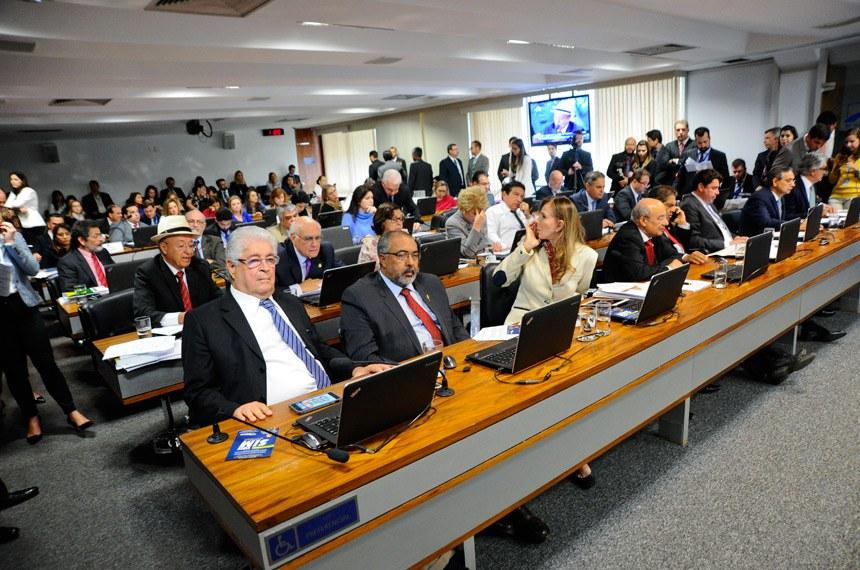 Comissão de Constituição, Justiça e Cidadania (CCJ) realiza reunião com 42 itens na pauta. Entre eles, a PEC 125/2015, que fixa critérios para escolha do Advogado-Geral da União, e a PEC 2/2017, que impede a extinção dos tribunais de contas.  Participam: senador Antonio Carlos Valadares (PSB-SE) em pronunciamento; senador Aécio Neves (PSDB-MG); senador Eduardo Amorim (PSDB-SE);  senador Eduardo Lopes (PRB-RJ);  senador Hélio José (PMDB-DF);  senador José Pimentel (PT-CE);  senador Lasier Martins (PSD-RS);  senador Magno Malta (PR-ES);  senador Wilder Morais (PP-GO);  senador Paulo Paim (PT-RS); senador Paulo Rocha (PT-PA);  senador Roberto Requião (PMDB-PR);  senadora Lídice da Mata (PSB-BA);  senadora Marta Suplicy (PMDB-SP);  senadora Vanessa Grazziotin (PCdoB-AM)   Foto: Geraldo Magela/Agência Senado