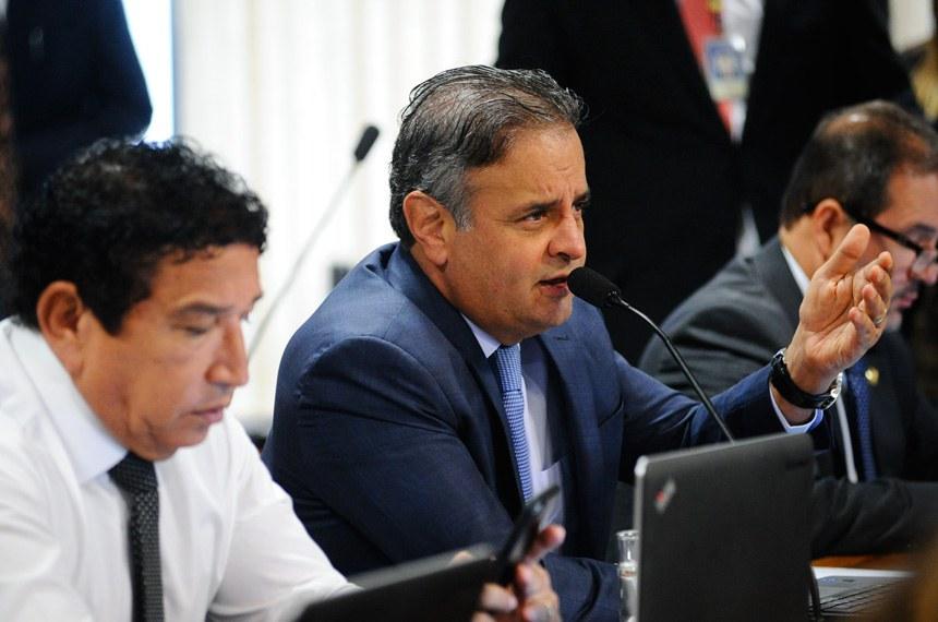 Comissão de Constituição, Justiça e Cidadania (CCJ) realiza reunião com 42 itens na pauta. Entre eles, a PEC 125/2015, que fixa critérios para escolha do Advogado-Geral da União, e a PEC 2/2017, que impede a extinção dos tribunais de contas.  Em pronunciamento, senador Aécio Neves (PSDB-MG).  Foto: Geraldo Magela/Agência Senado