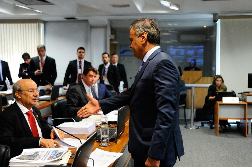 Comissão de Constituição, Justiça e Cidadania (CCJ) realiza reunião com 42 itens na pauta. Entre eles, a PEC 125/2015, que fixa critérios para escolha do Advogado-Geral da União, e a PEC 2/2017, que impede a extinção dos tribunais de contas.  Senador Aécio Neves (PSDB-MG) cumprimenta o senador José Pimentel (PT-CE).  Foto: Geraldo Magela/Agência Senado
