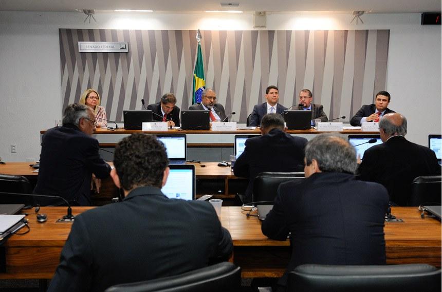 CPI da Previdência (CPIPREV) realiza audiência interativa com a participação de representantes sindicais dos auditores fiscais do Trabalho e da Receita Federal, e dos procuradores da Fazenda Nacional.  Mesa: vice-presidente do Sindicato Nacional dos Auditores Fiscais do Trabalho (Sinait), Rosa Maria Campos; relator da CPIPREV, senador Hélio José (PMDB-DF); presidente da CPIPREV, senador Paulo Paim (PT-RS); presidente do Sindicato Nacional dos Procuradores da Fazenda Nacional (Sinprofaz), Achilles Linhares de Campos Frias; presidente da Associação Nacional dos Auditores Fiscais da Receita Federal do Brasil (Anfip), Vilson Antonio Romero; presidente do Sindicato Nacional dos Auditores Fiscais da Receita Federal do Brasil (Sindfisco Nacional), Cláudio Marcio Oliveira Damasceno.  Foto: Waldemir Barreto/Agência Senado