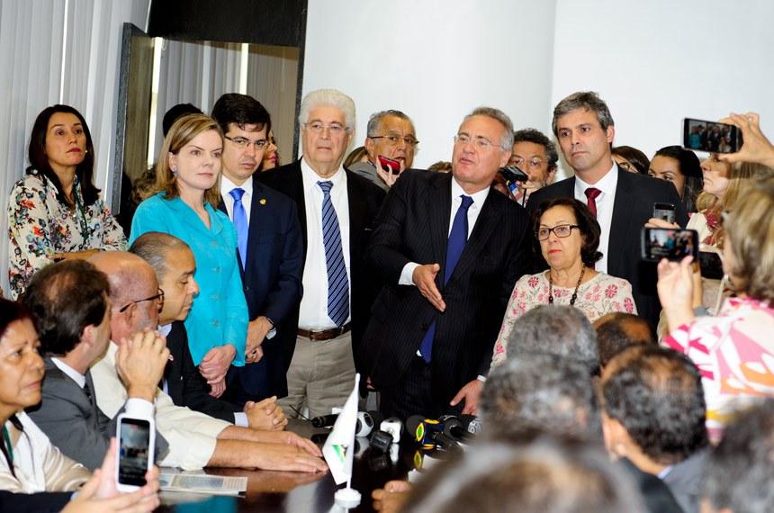 Reunião de Bancadas com Sindicalistas.   Participam:  senador Lindbergh Farias (PT-RJ);  senador Paulo Rocha (PT-PA);  senador Randolfe Rodrigues (Rede-AP);  senador Renan Calheiros (PMDB-AL);  senador Roberto Requião (PMDB-PR);  senadora Gleisi Hoffmann (PT-PR);  senadora Lídice da Mata (PSB-BA);  senadora Vanessa Grazziotin (PCdoB-AM)  Foto: Jonas Pereira/Agência Senado