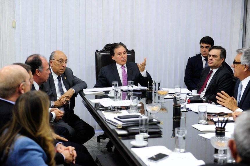 Presidente do Senado, senador Eunício Oliveira (PMDB-CE), reúne-se com líderes na sala de audiências da presidência.  Participam: presidente do Senado, senador Eunício Oliveira (PMDB-CE); senador Benedito de Lira (PP-AL);  senador Cristovam Buarque (PPS-DF);  senador Eduardo Lopes (PRB-RJ);  senador Fernando Bezerra Coelho (PSB-PE);  senador Hélio José (PMDB-DF);  senador Paulo Bauer (PSDB-SC);  senador Paulo Paim (PT-RS);  senador Pedro Chaves (PSC-MS); senadora Vanessa Grazziotin (PCdoB-AM).  Foto: Jonas Pereira/Agência Senado