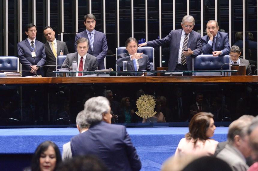 Plenário do Senado durante sessão deliberativa ordinária.  Mesa:  senador Cássio Cunha Lima (PSDB-PB); secretário-geral da Mesa, Luiz Fernando Bandeira de Mello Filho;  presidente do Senado Federal, senador Eunício Oliveira (PMDB-CE); deputado Pauderney Avelino (DEM-AM); senador José Agripino (DEM-RN).  Foto: Ana Volpe/Agência Senado