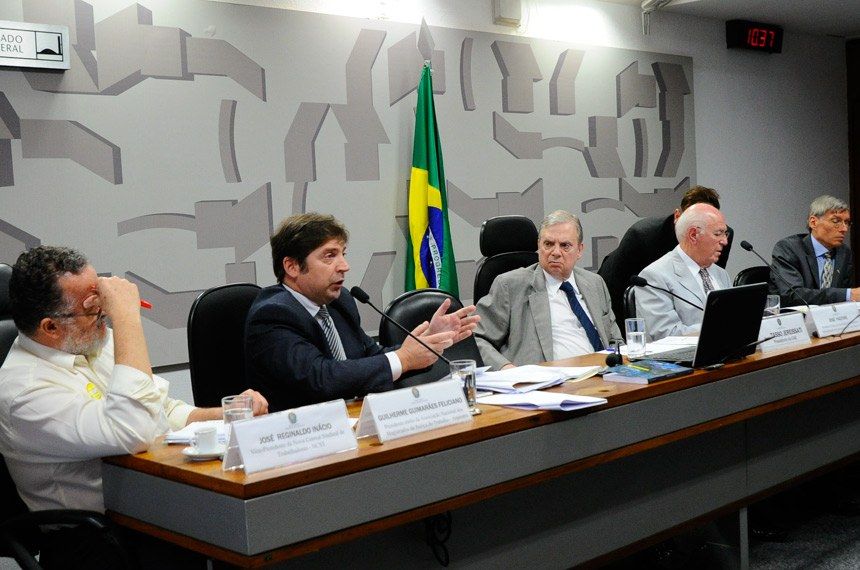 As Comissões de Assuntos Sociais (CAS) e de Assuntos Econômicos (CAE) realizam audiência pública interativa com a presença do presidente do Tribunal Superior do Trabalho (TST) para discutir a Reforma Trabalhista.   À mesa: vice-presidente da Nova Central Sindical de Trabalhadores (NCST), José Reginaldo Inácio; presidente eleito da Associação Nacional dos Magistrados da Justiça do Trabalho (Anamatra), Guilherme Guimarães Feliciano; presidente da CAE, senador Tasso Jereissati (PSDB-CE); professor titular da Faculdade de Economia e Administração da Universidade de São Paulo (USP), José Pastore; diretor da Organização Internacional do Trabalho no Brasil (OIT), Peter Poschen.  Foto: Geraldo Magela/Agência Senado