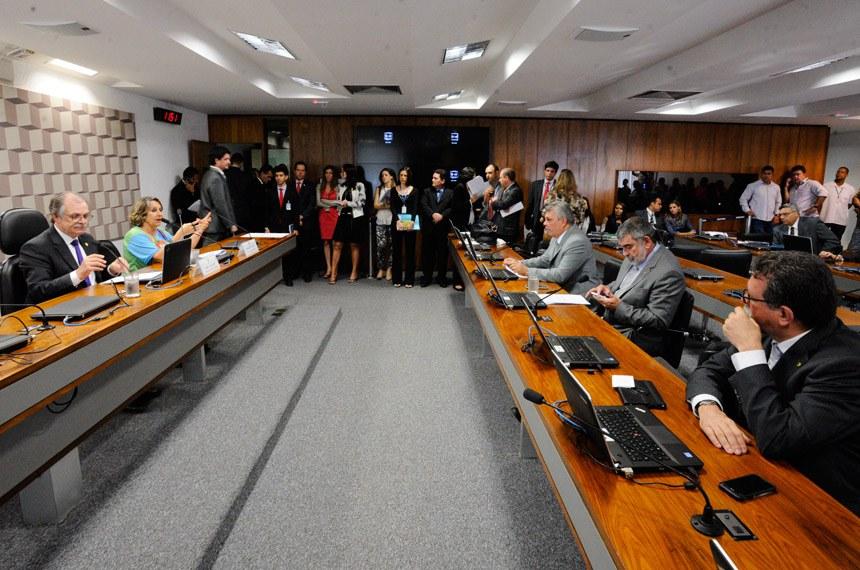 Comissão Mista da Medida Provisória (CMMPV) nº 760, de 2016 (progressão na carreira de PMs e bombeiros do DF): apreciação de relatório.  À mesa: presidente da MP 760/2016, senador Dalírio Beber (PSDB-SC); relatora da MP 760/2016, deputada Erika Kokay (PT-DF).  Foto: Edilson Rodrigues/Agência Senado