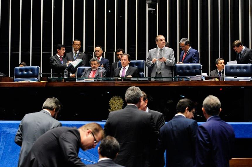Plenário do Senado Federal durante sessão deliberativa ordinária.   Mesa:  senador Paulo Rocha (PT-PA);  presidente do Senado Federal, senador Eunício Oliveira (PMDB-CE);  senador José Agripino (DEM-RN);  senador Eduardo Amorim (PSDB-SE)   Foto: Jonas Pereira/Agência Senado