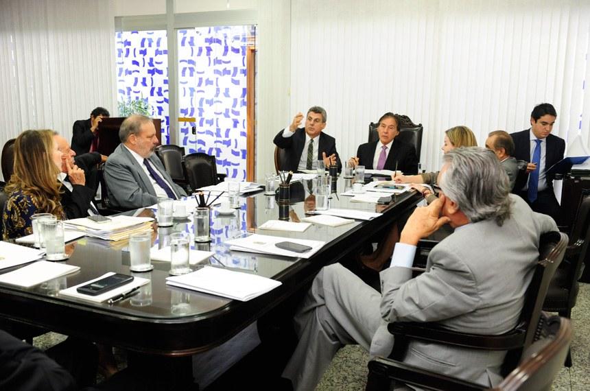 Presidente do Senado, senador Eunício Oliveira (PMDB-CE) realiza reunião com líderes partidários no gabinete da presidência do Senado Federal.  Participam: senador Romero Jucá (PMDB-RR);  senador Benedito de Lira (PP-AL);  presidente do Senado Federal, senador Eunício Oliveira (PMDB-CE);  senador Armando Monteiro (PTB-PE);  senador José Agripino (DEM-RN) senador Ronaldo Caiado (DEM-GO);  senadora Gleisi Hoffmann (PT-PR);  senadora Vanessa Grazziotin (PCdoB-AM)  Foto: Jane de Araújo/Agência Senado