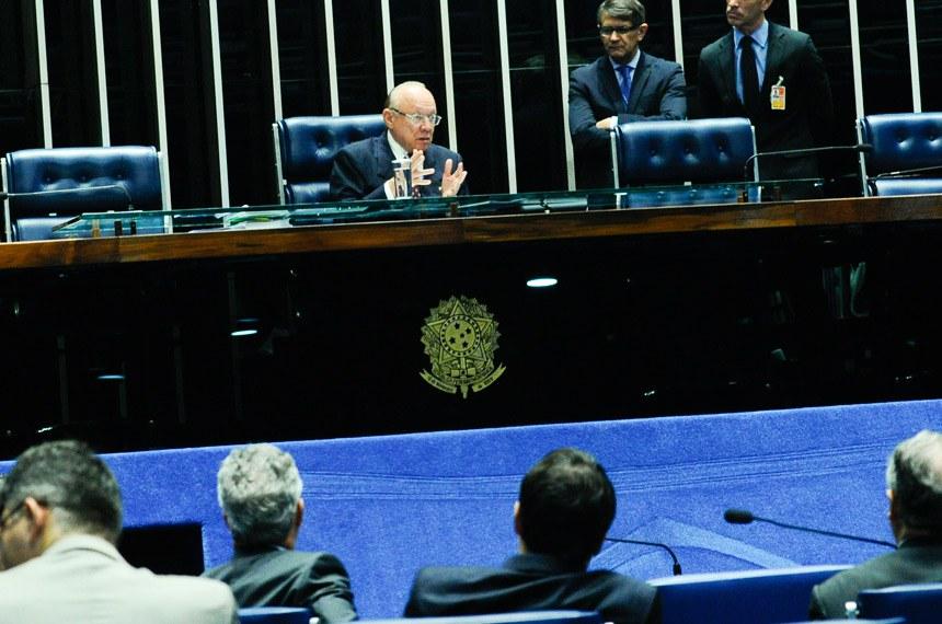 Plenário do Senado durante sessão não deliberativa.  Em pronunciamento, à mesa, senador João Alberto Souza (PMDB-MA).   Foto: Geraldo Magela/Agência Senado
