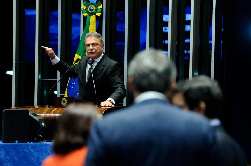 Plenário do Senado durante sessão não deliberativa.  Em discurso, à tribuna, senador Alvaro Dias (PV-PR).  Foto: Geraldo Magela/Agência Senado